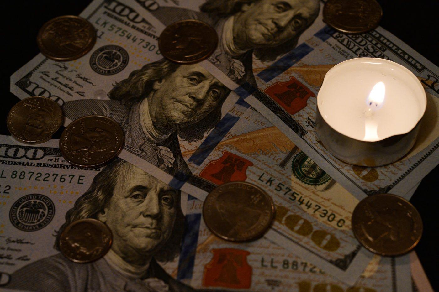 nő találkozik a pénz ellen a nő többet keres